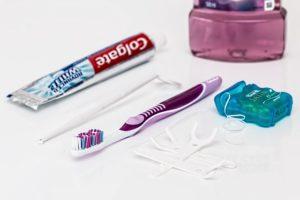 zahnbürste, zahnpasta und munddusche