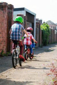zwei kinder fahren fahrrad